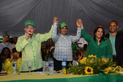 El senador Amable Aristy Castro se dirige a los presentes en el acto de proclamación de la candidatura a alcaldesa de Pedro Brand, de la señora Mirtha Elena Pérez (La Popis). A su lado Karina Aristy