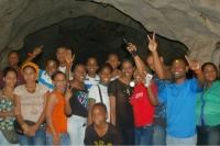 Grupo de jóvenes de la Fundación Amor Internacional, junto a su presidente Jimmy Feliz en su visita al II Festival de Cultura Taina Cuevas del Pomier en San Cristobal.