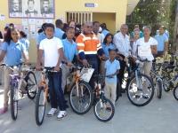 Grupo de estudiantes meritorios de Piedra Blanca que recibieron bicicletas por la Corporación Minera Dominicana, CORMIDOM.