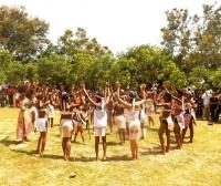 Niñas de uno de los grupos culturales tainos hacen una reverencia dentro de un corral de piedras, le observan los participantes del Festival Cultural Indígena Cuevas del Pomier en el municipio Cambita Garabito de San Cristobal.