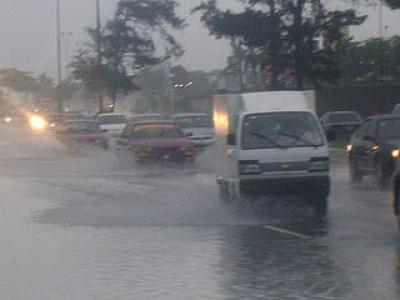 Aguacero derriba árboles e inunda más de 100 viviendas en Santiago: