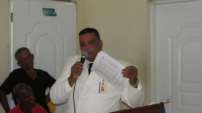 El alcalde distrital del PRM Memo Pérez Aquino, muestra el documento de su rendición cuyas copias entrego a cada uno de los presente en su rendición de cuentas 2014-2015.