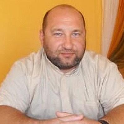 El cura párroco Alberto Gil, quien se encuentra prófugo en Europa, a quien lo acusan de violación sexual de menores en el distrito municipal de Juncalito perteneciente al municipio Jánico en Santiago de los Caballeros.