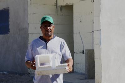 Luis Manuel Pujols, muestro una parte de un blocks de hielo seco material usado para la construcción de cien viviendas económicas que levanta el gobierno en la comunidad de El Carrizal, con la cooperación de la Fundación Orphan Heart, de los Estados Unidos