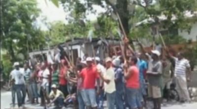 Comunitarios de Cambita protestan en defensa de camiones transportan materiales: