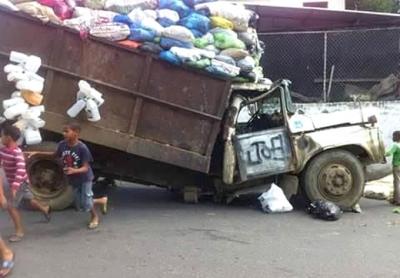 Obrero resulta herido al romperse por mitad camión Ayuntamiento SFM: