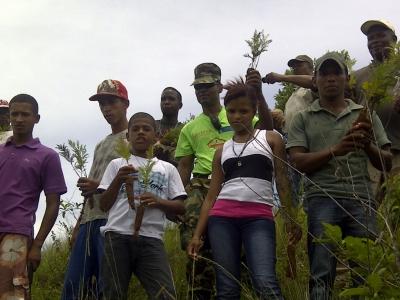 Siembran árboles en Loma Siete Picos