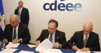 Celso Marranzini firma junto a los ejecutivos de las empresas eólicas que se instalarán en el país.