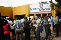 Maestros ocupan distrito escolar en Maimón y cierran puertas con cadenas
