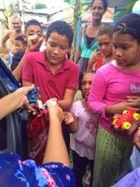 Dirigente comunitaria entrega miles de Juguetes a niños en Tenares