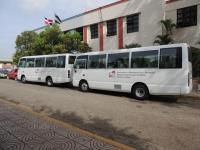 Senador y Presidencia entrega dos autobuses a estudiantes de la Cueva y Platanal: