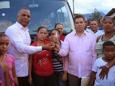 Gobierno entrega a estudiantes de la comunidad de Blanco minubus ofrecido en visita sorpresa por el presidente Danilo Medina.