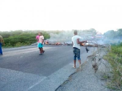 En la imagen se observa la carretera Azua-Barahona en espera de que sean removidos los alcoldo