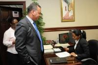 Momentos en que el Rubén Luna, Diputado de Ultramar por el Partido Revolucionario Dominicano (PRD), introduce ante la Cámara de Diputados un Proyecto