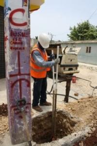 Técnicos de EDE Este instalando postes eléctricos en Villa Hermosa.