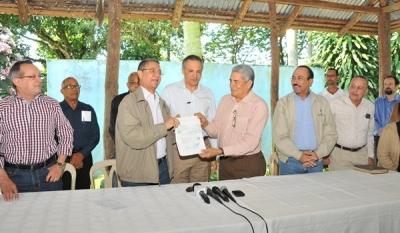 Presidencia entrega 32 millones a productores del Cibao