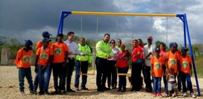 Empresa dona parque social en comunidad Batey Higuamo 1: