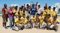 Los campeones del torneo de béisbol infantil recibieron el trofeo de campeón por parte de Yadhira Bruno y Juan –Piñao- Ortiz.
