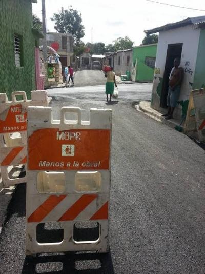 Obras Públicas asfalta calles del barrio La Hortaliza en Barahona: