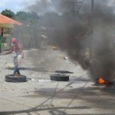 Neumáticos quemados en las propuestas de Peralvillo y Yamasá por el arreglo de un tramo de la carretera, agua potable y cese de apagones.