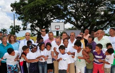 Frank Rainieri corta la cinta simbólica para dejar inaugurada la cancha de baloncesto en el distrito municipal La Otra Banda en Higüey.