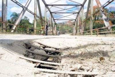 Daños estructurales en el puente Peralvillo- La Gina.