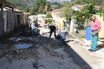 Ayuntamiento Peralta, Azua construye aceras y contenes
