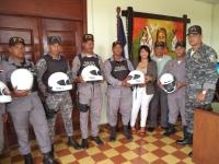 Gobernadora entrega cascos protectores a patrulla policía de Cotuí: