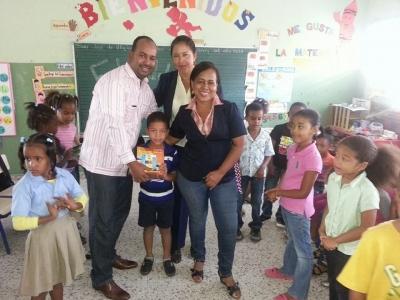 Consejal dona útiles escolar a escuela San José de Villa