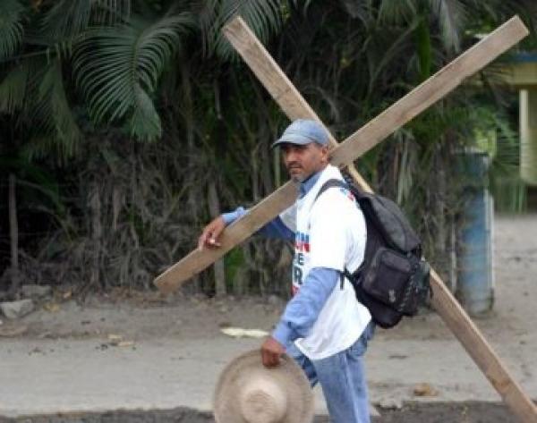 Angel Sosa, conocido como El Peregrino, con su cruz a cuesta.